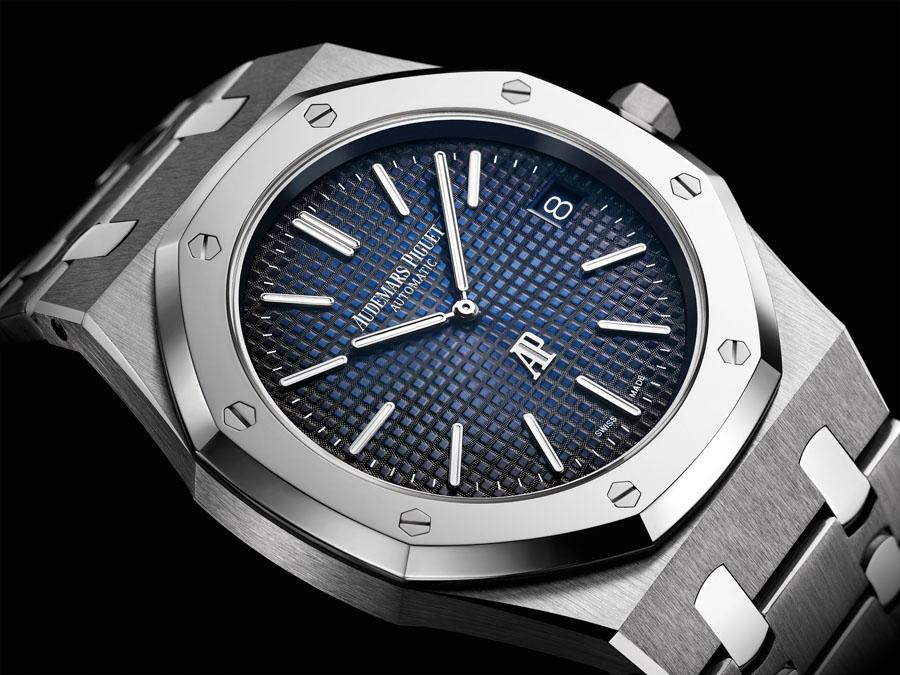 Die Royal Oak Jumbo Extra-thin stellt Audemars Piguet Uhr Replica Replik in der Kombination aus Titan und Platin vor.