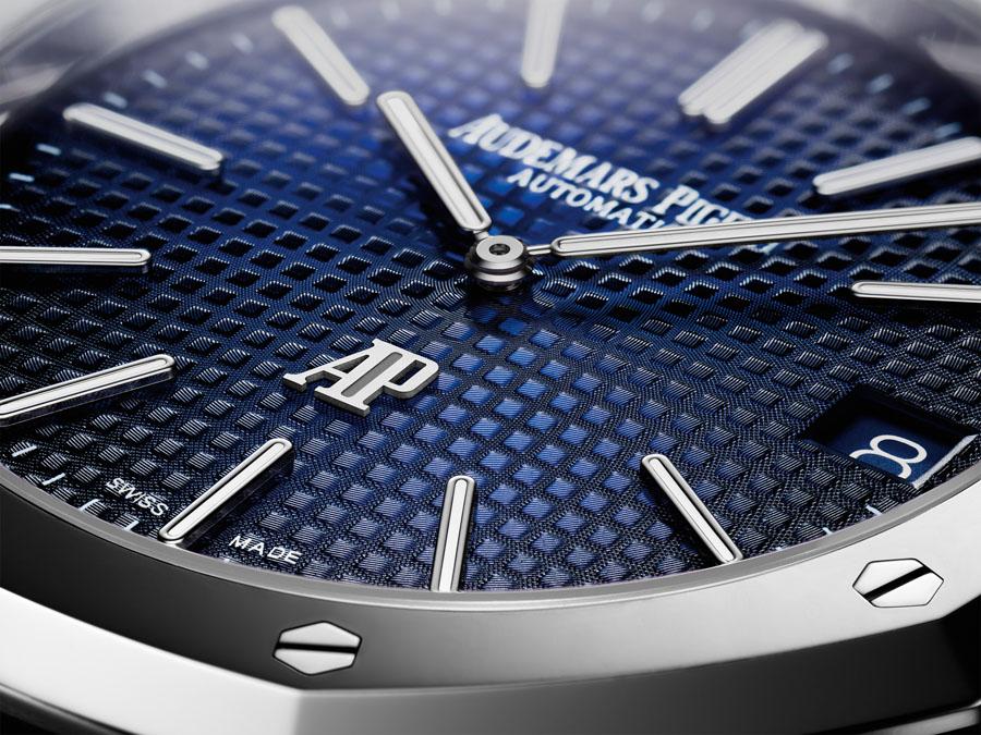 """Das blaue Zifferblatt der Royal Oak Jumbo Extra-thin zeigt einen Farbverlauf und wird von Uhren Von Audemars Piguet Replik als """"Smoked Blue"""" bezeichnet"""